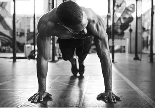 Hombre fortaleciendo su cuerpo